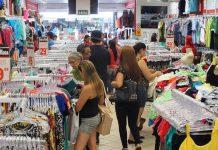 Para el día de la madre los colombianos compran calzado y ropa para el regalo.